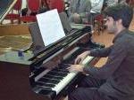 """Il pianista Luigi Carroccia mentre esegue """"Arlecchino"""" di Francesco Marino"""
